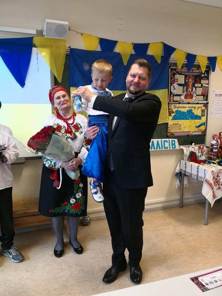 """Пан Посол і Ваня продзвонюють початок нового навчального року в Українській школі """"Еллісів"""""""