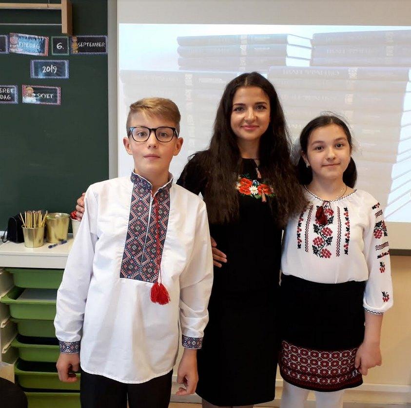 Пані Наталія з учнями