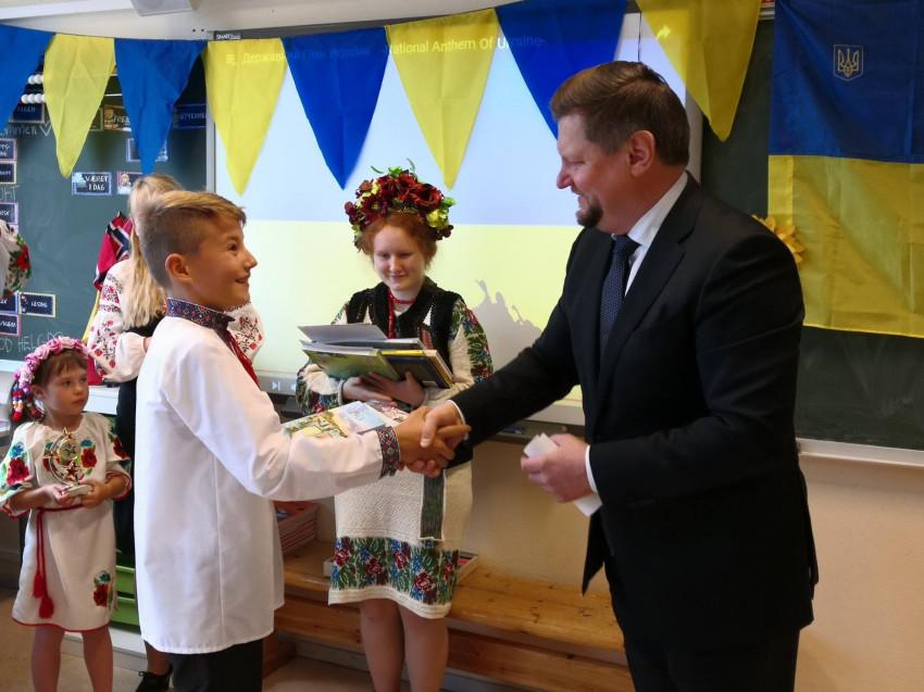 Наш переможець Роман отримує нагороди