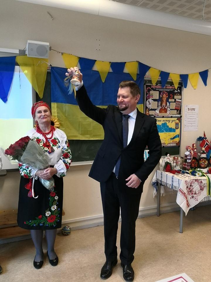 """Пан Посол продзвонює початок нового навчального року в Українській школі """"Еллісів"""""""